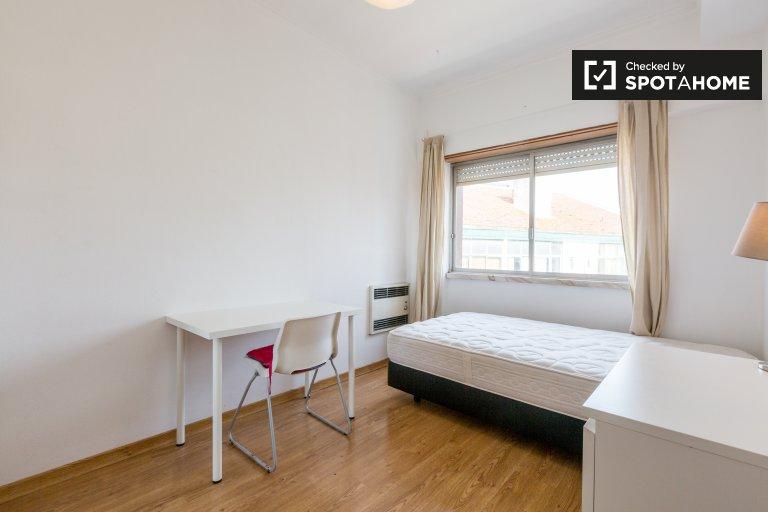 Arroios, Lisboa bölgesinde 3 yatak odalı apartman dairesinde aydınlık oda.
