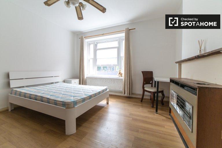 Offenes Zimmer in einem Apartment mit 4 Schlafzimmern in Tower Hamlets, London