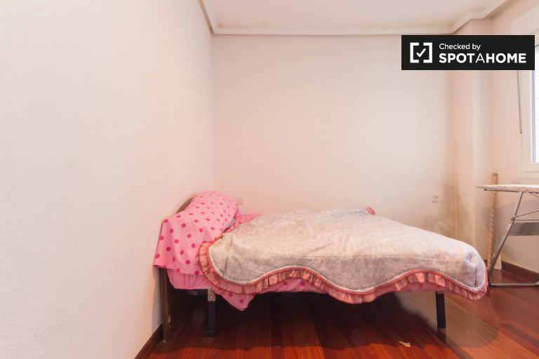 Double Bed in Rooms for rent in 2-bedroom apartment in Ibaiondo