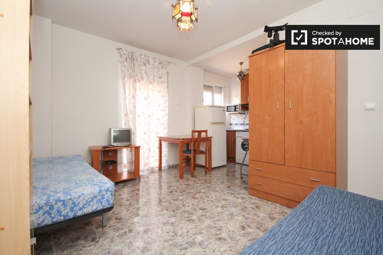 Large studio apartment with balcony for rent in central Granada