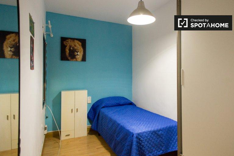 Stanza confortevole in affitto in appartamento con 3 camere da letto a Santa Coloma
