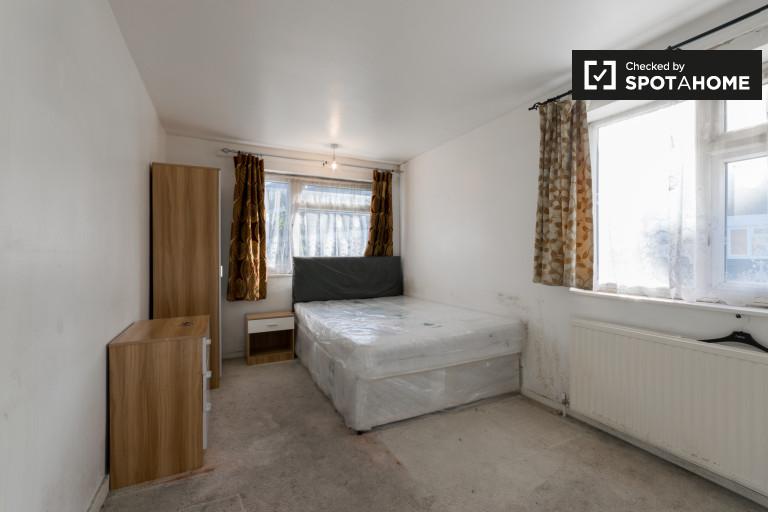 Huge room in 5-bedroom flat in Plaistow, London