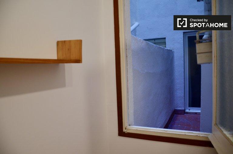 Acogedora habitación en apartamento de 3 dormitorios en Sarrià-Sant Gervasi.