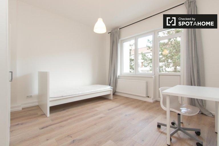 Przewiewny pokój do wynajęcia w mieszkaniu z 3 sypialniami, Neukölln