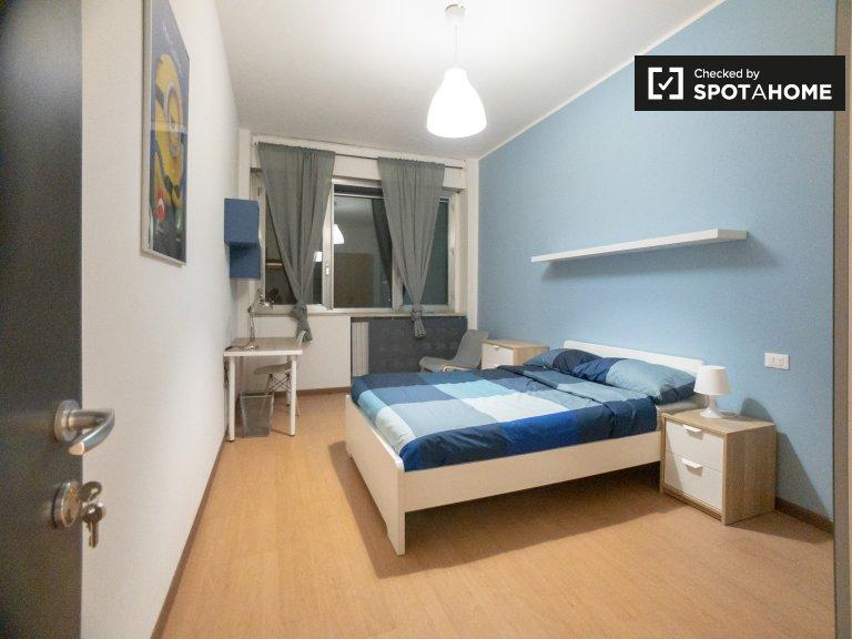 Bicocca'da 12 yatak odalı dairede kiralık renkli oda
