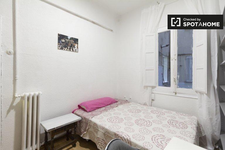 Przytulny pokój we wspólnym mieszkaniu w Cuatro Caminos, Madryt