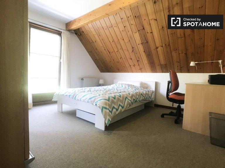 Chambre spacieuse à louer dans un appartement de 4 chambres à Zaventem