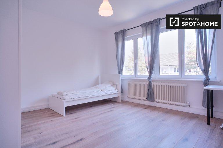 Duży pokój do wynajęcia w mieszkaniu z 3 sypialniami w Neukölln