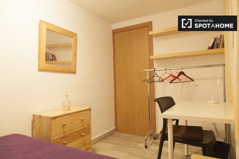 Comfy room for rent in 4-bedroom apartment, Puerta del Ángel
