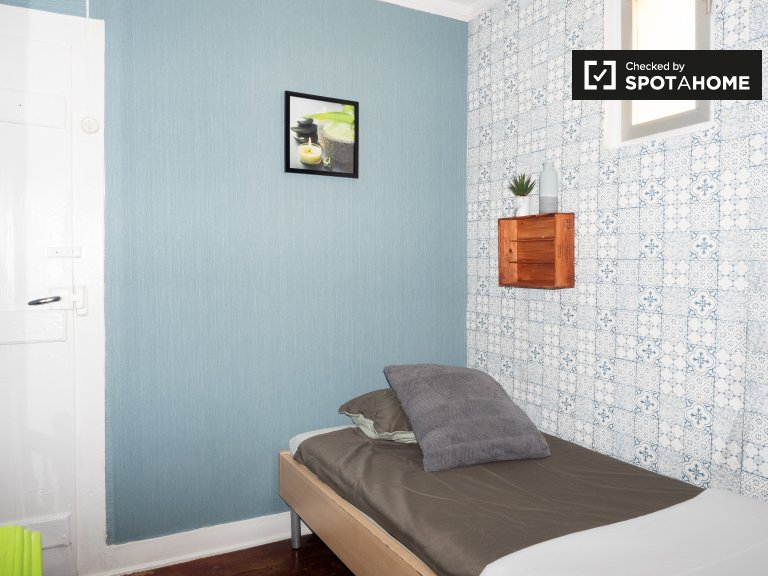 Snug room for rent in 2-bedroom apartment, Santo António