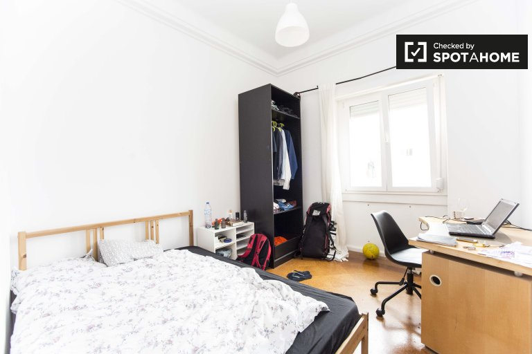 Room for rent in 10-bedroom apartment in Arroios, Lisbon