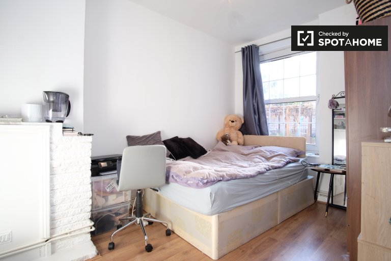 Double Bed in Rooms to rent in comfortable 4-bedroom apartment in Shoreditch
