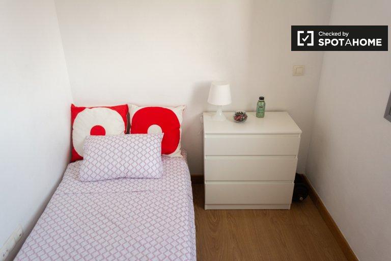 Pokój do wynajęcia w 3-pokojowym mieszkaniu w Carabanchel, Madryt