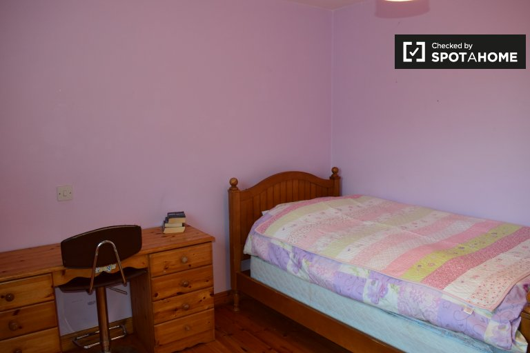 Single Bed in Rooms to rent in spacious 6-bedroom house in Carrickmines