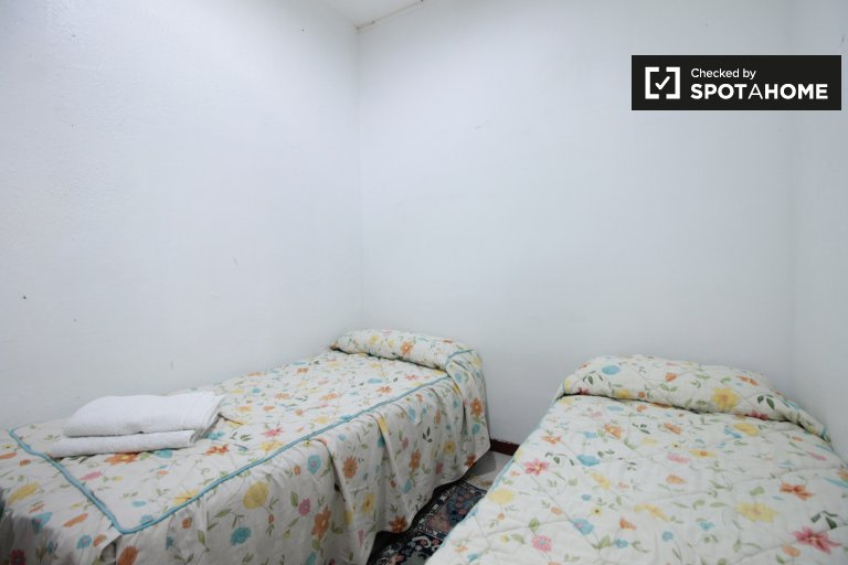 Furnished shared room  in 3-bedroom apartment in Gràcia