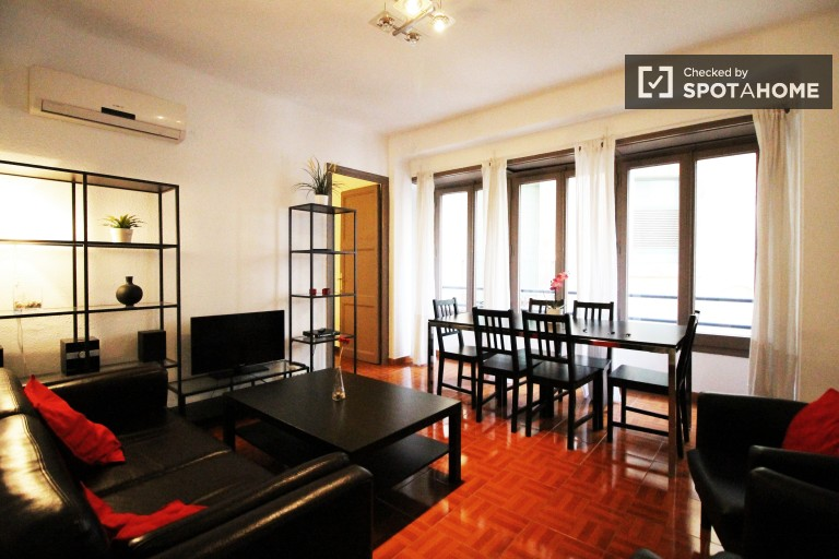 Large 4 bedroom apartment for rent with air conditioning in Barri Gòtic neighbourhood