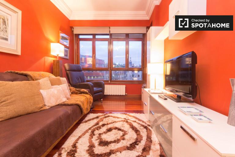 Riverside 2-bedroom apartment for rent in Uribarri in central Bilbao