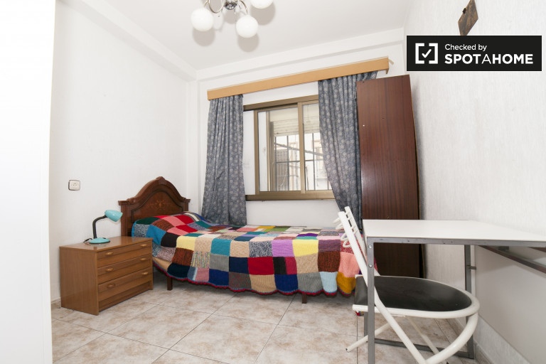Single Bed in Rooms for rent in a 3-bedroom apartment with balcony in La Macarena