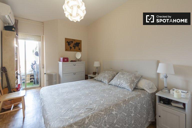 Cómoda habitación para alquilar en AZCA Santiago Bernabeu, Madrid.