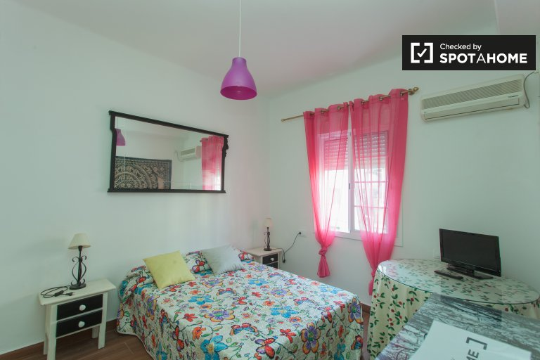 Double Bed in Rooms for rent in 3-bedroom apartment in Los Remedios