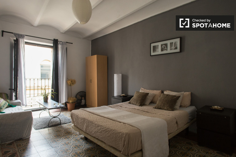Sunny room in 4-bedroom apartment in El Raval, Barcelona