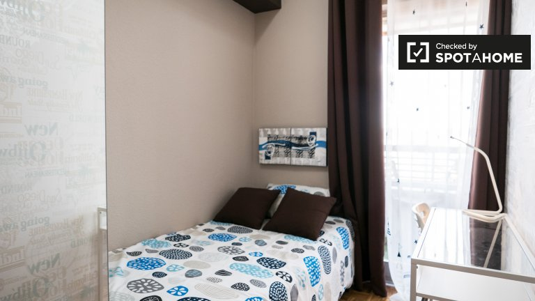 Habitación en apartamento de 6 dormitorios en Alcalá de Henares, Madrid.