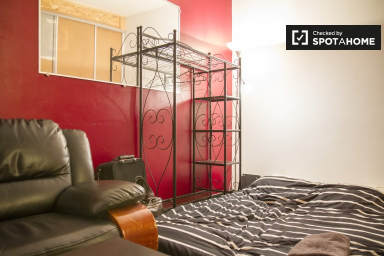 Double Bed in Rooms for rent in modern 4-bedroom apartment in 3rd arrondissement