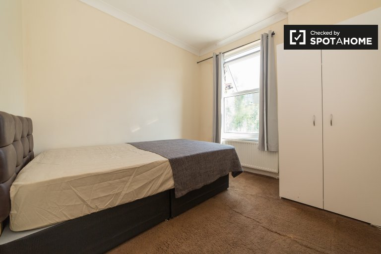 Cozy room in large houseshare in Shacklewell, London