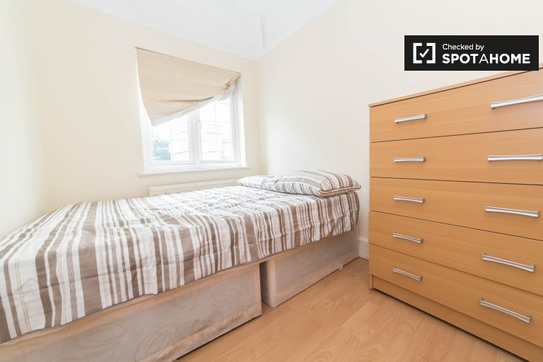 Equipped room in shared flat in Brent Cross, London