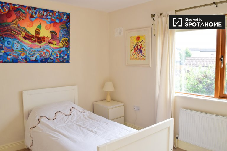Single Bed in Room to rent in spacious 3-bedroom house in Ballycullen