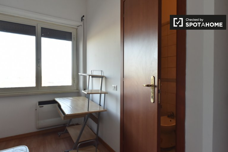 Room with ensuite in 3-bedroom apartment in Pigneto, Rome