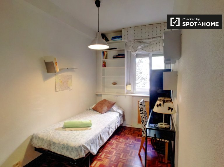 Tidy room for rent in 3-bedroom apartment in Barajas, Madrid