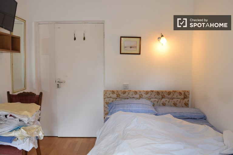 Bedroom 7 with double bed