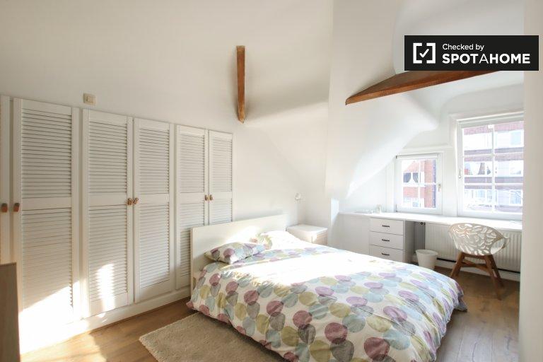 Chambre lumineuse à louer dans un appartement de 4 chambres à Schaerbeek