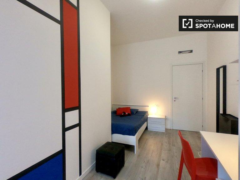 Cosy room in 5-bedroom apartment in Loreto, Milan