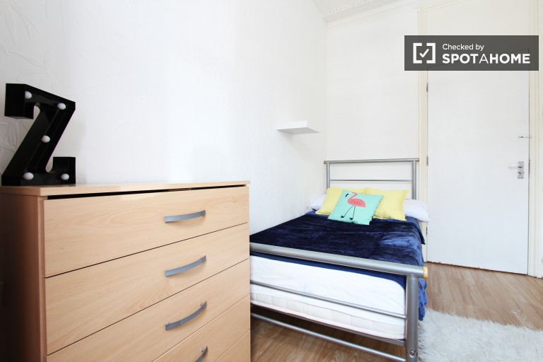 Single Bed in Rooms to rent in a 6-bedroom shared house with garden in Haringey