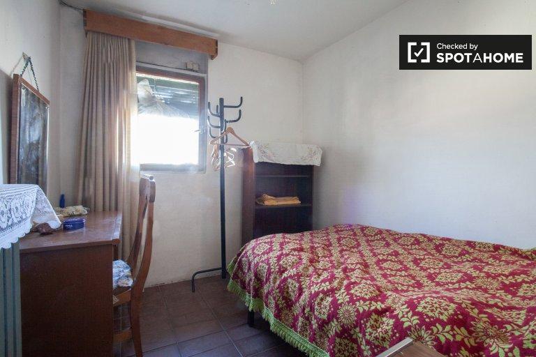 Cómoda habitación en alquiler en apartamento de 4 camas en Carabanchel