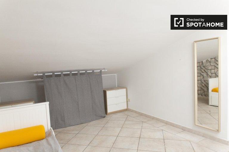 Acogedora habitación en un apartamento de 4 dormitorios en Torre Gaia, Roma