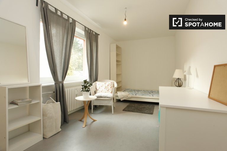 Double Bed in Room for rent in 3-bedroom apartment close to Yehudi-Menuhin Park