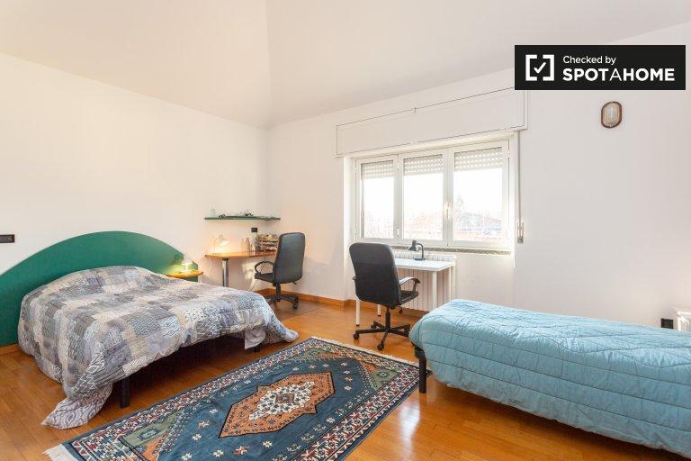 Łóżka do wynajęcia we wspólnym pokoju, 3-pokojowe mieszkanie w Mediolanie