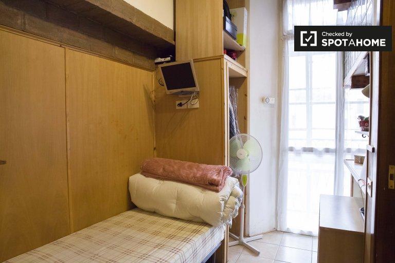 Camera arredata in appartamento con 2 camere da letto a Termini, Roma