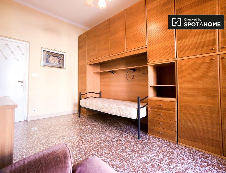 Chambre simple dans un appartement à Trieste, Rome