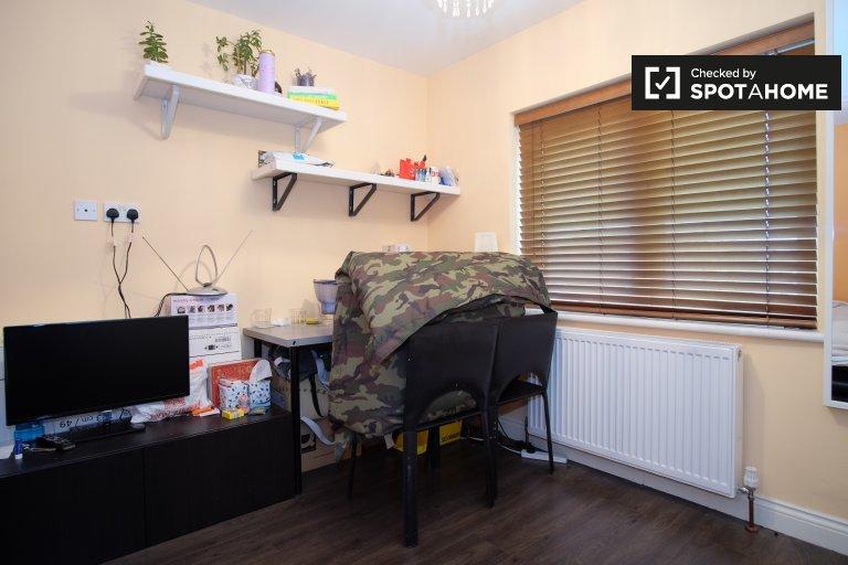 Room for rent in 2-bedroom apartment in Brent Cross, London
