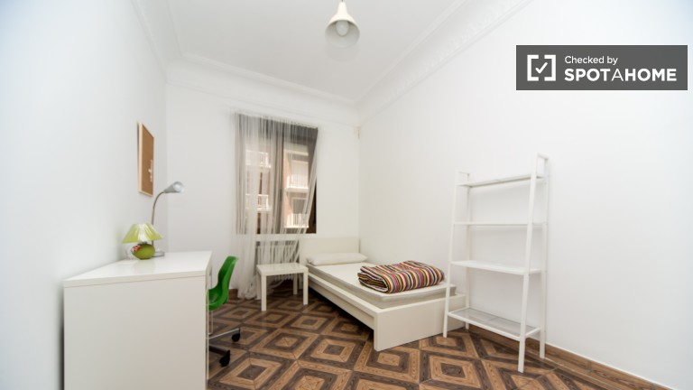 Ogromny pokój w mieszkaniu w Chamberí w Madrycie