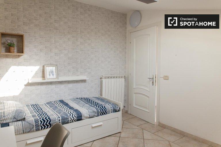 Quarto compartilhado luminoso em apartamento de 4 quartos em Torre Gaia