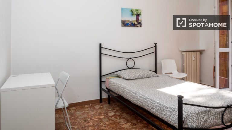 Double Bed in 5 rooms for rent in sunny apartment near Stazione Centrale