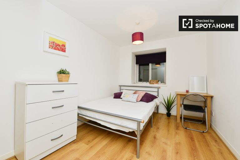 Double Bed in Rooms for rent in furnished 3-bedroom apartment in Islington