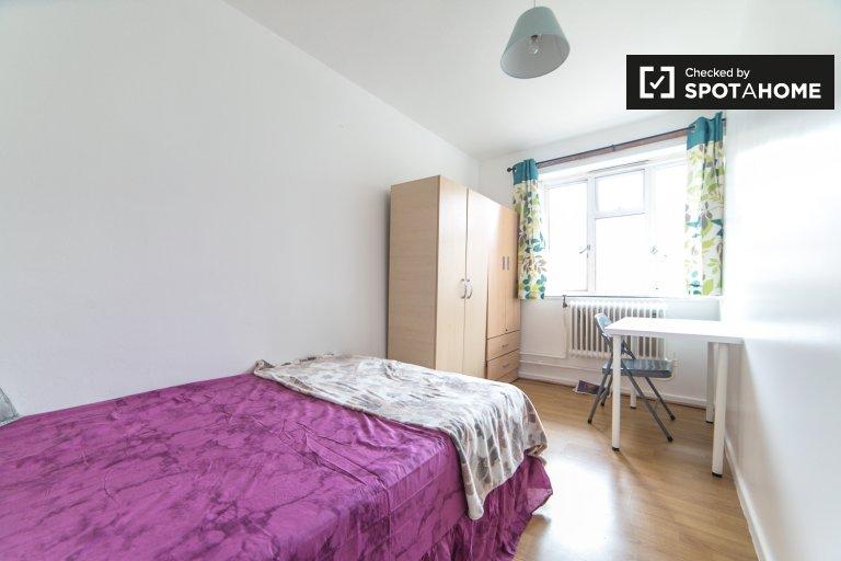 Przytulny pokój w pięciopokojowym mieszkaniu w Tower Hamlets w Londynie