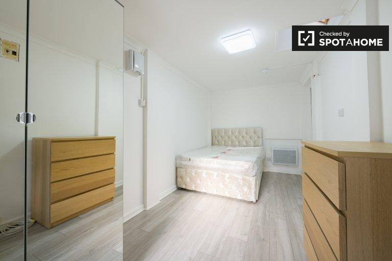 Sonniges Zimmer in einer 6-Zimmer-Wohnung in Little Heath, London