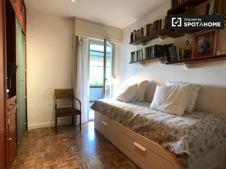 Pokój do wynajęcia w apartamencie z 3 sypialniami w Hortaleza w Madrycie